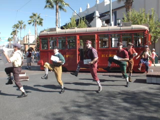 Red Car Trolley News Boys - מופע רחוב בפארק דיסנילנד קליפורניה