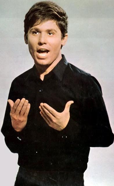 Foto de Raphael cantando muy joven