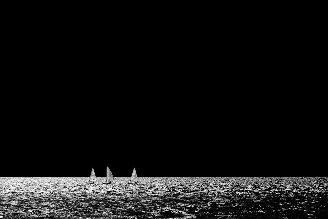 Żaglówki na jeziorze Garda, Włochy. Czarno-biała fotografia krajobrazu. fot. Łukasz Cyrus