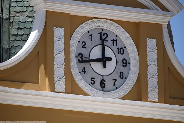 Di Bolivia ada Jam yang Berjalan Mundur