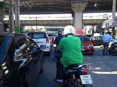 車とバイクの接触事故