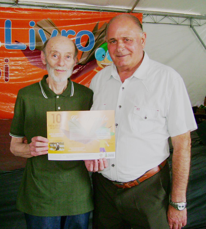 O jornalista e escritor Xico Júnior no momento em que era reconhecido com o  Certificado de Participação na 10ª Feira do Livro de Niterói, ... 47f568954c