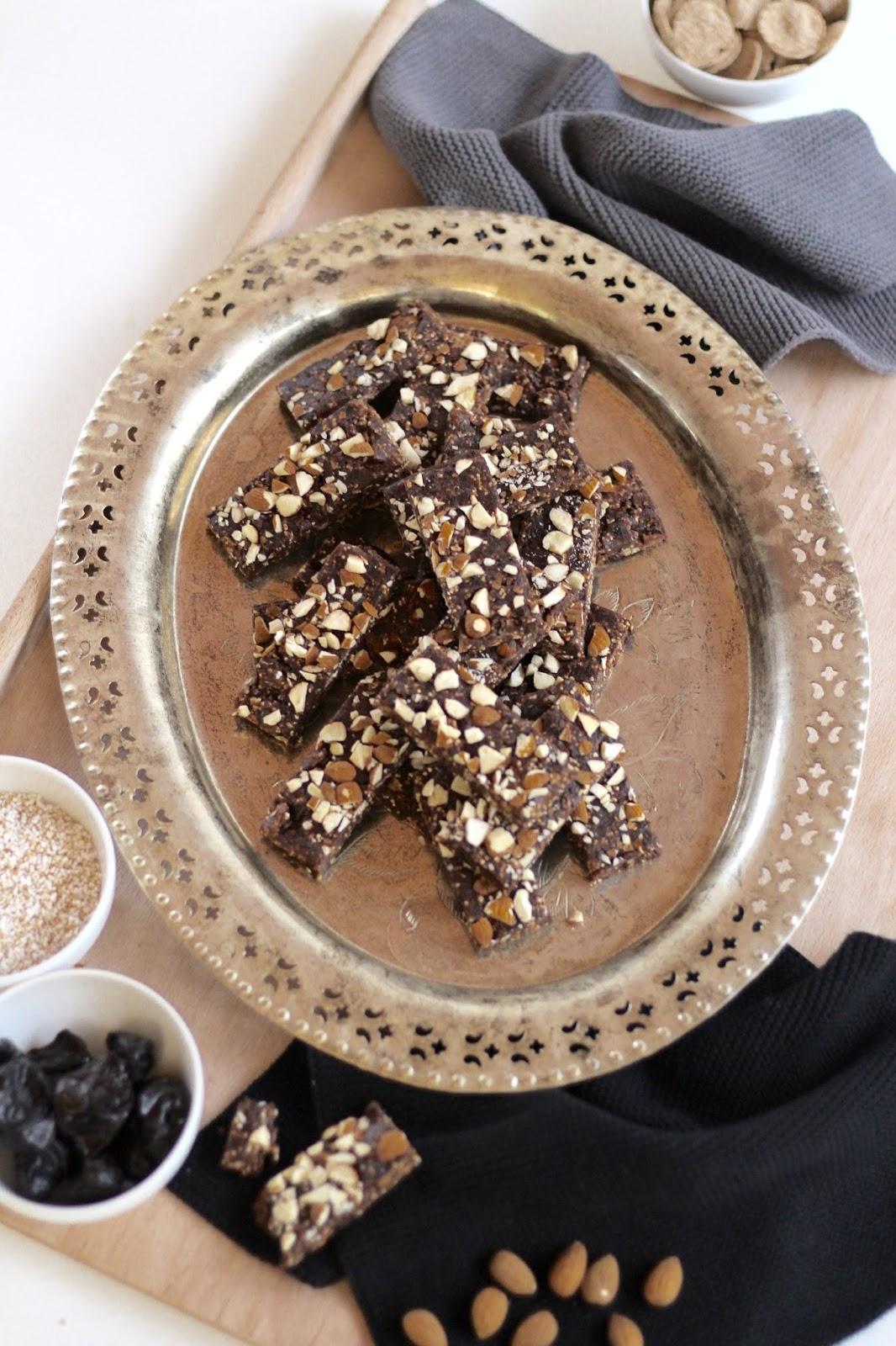 Vegane Schokobars - Schokoriegel mit Datteln und Mandeln ohne Backen