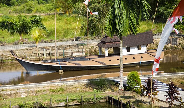 Replika Kapal yang Dulu Digunakan Masyarakat Tidung Melintasi laut Jawa