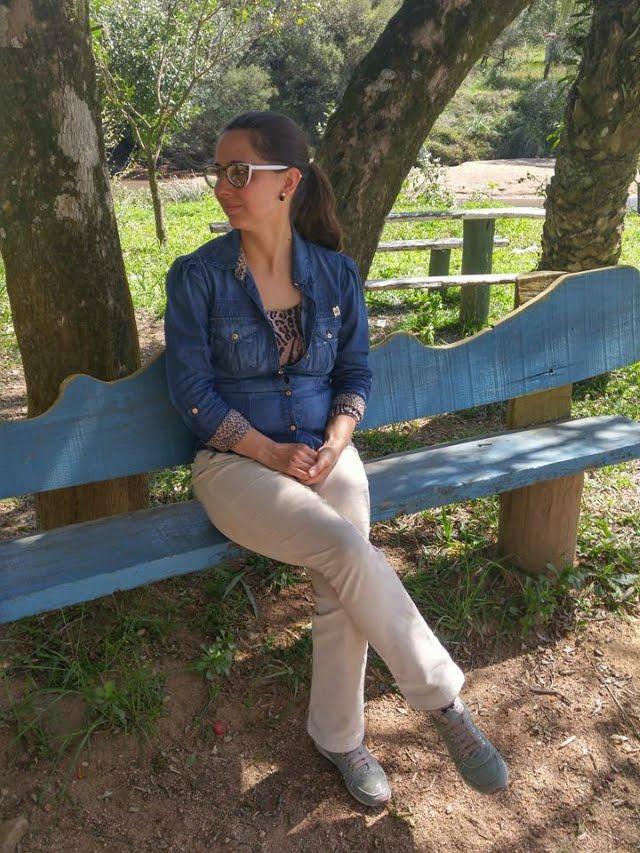 Calça de veludo e camisa jeans