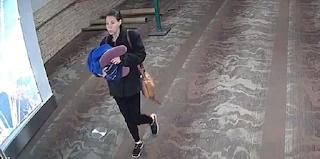 Αυτή είναι η γυναίκα που γέννησε και εγκατέλειψε το μωρό της στις τουαλέτες αεροδρομίου