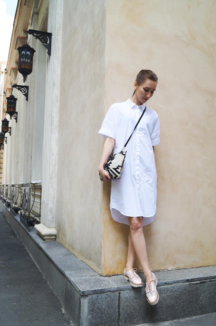 Белое платье-рубашка фото