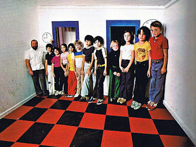 Familie in Zimmer lustig Optische Täuschung