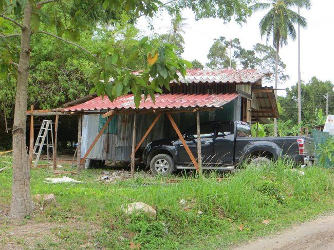 Дорогой пикап и сарай в Таиланде
