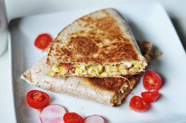 Śniadaniowa Quesadilla z jajecznicą i boczkiem