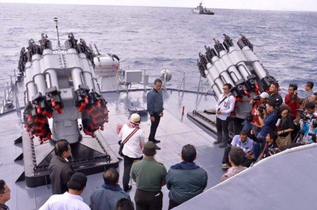 Rapat di Kapal Perang, Presiden Minta TNI Intensifkan Patroli di Natuna