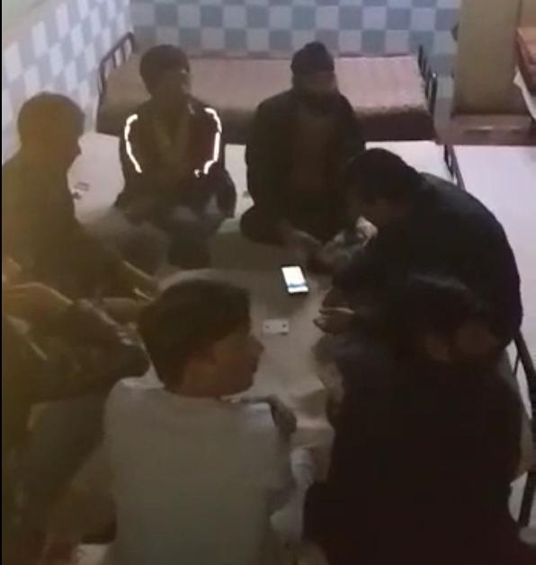 होटल में जुआरियों की महफिल.. एवरेस्ट लाज पर पुलिस का छापा 6 युवक ताश खेलते रँगे हाथों गिरफ्तार..