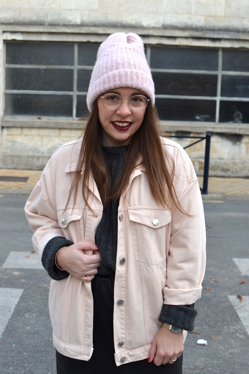 veste en jean rose Topshop, pull gris Pimkie, bonnet rose Zara, jupe simili cuir Zara
