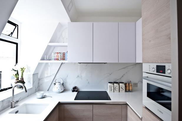светлая кухня под крышей