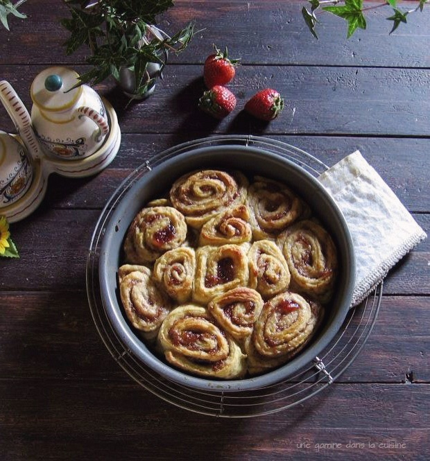strawberry rhubarb rolls with lime glaze / une gamine dans la cuisine