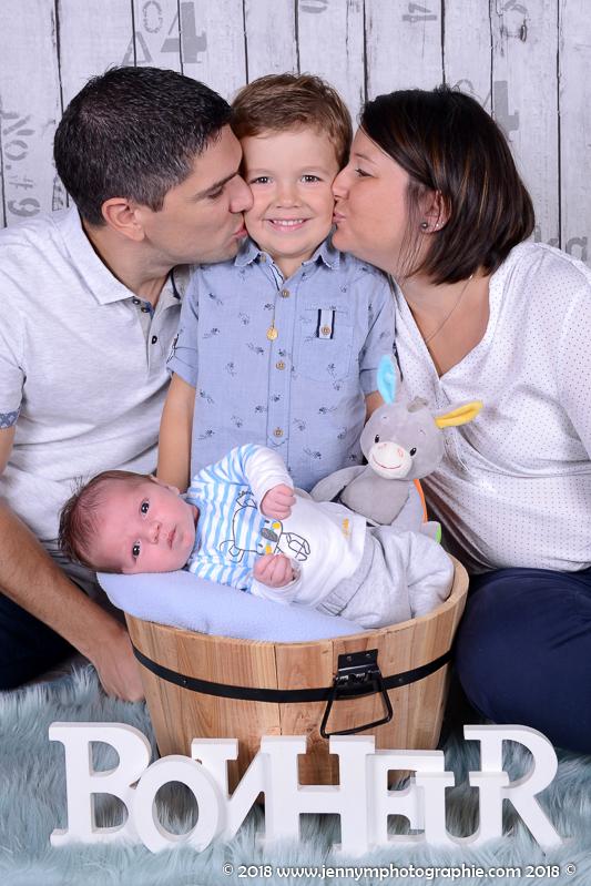 photo famille avec bébé bisous au grand frère bonheur