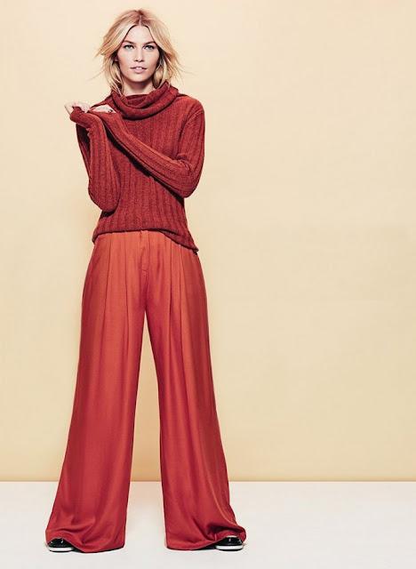 Монохромный комплект из разных оттенков красного брюки и свитер