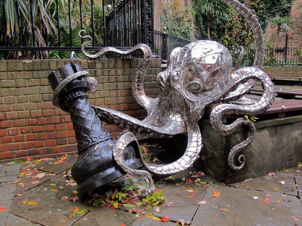 30 Of The World's Most Incredible Sculptures That Took Our Breath Away - Octopus chess, George street, England