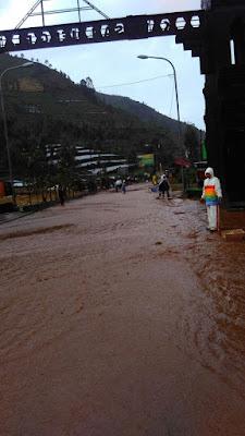 Banjir merendam jalan Wonosobo-Dieng. Foto : Sutopo Purwo Nugroho (BNPB).