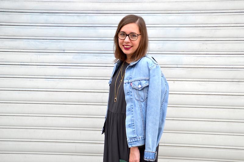 veste en jean Levi's, robe grise American Vintage, sac a frange vert Sammydress, rouge à lévre prune