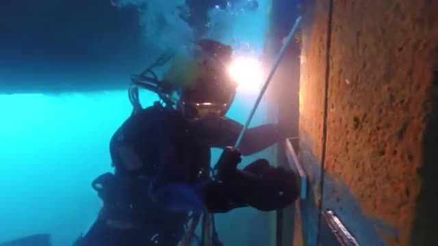 10 MOST DANGEROUS JOBS IN THE WORLD 1. Underwater Welder