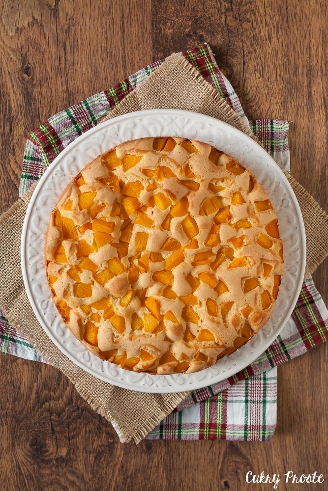 Ciasto biszkoptowe z brzoskwiniami z puszki