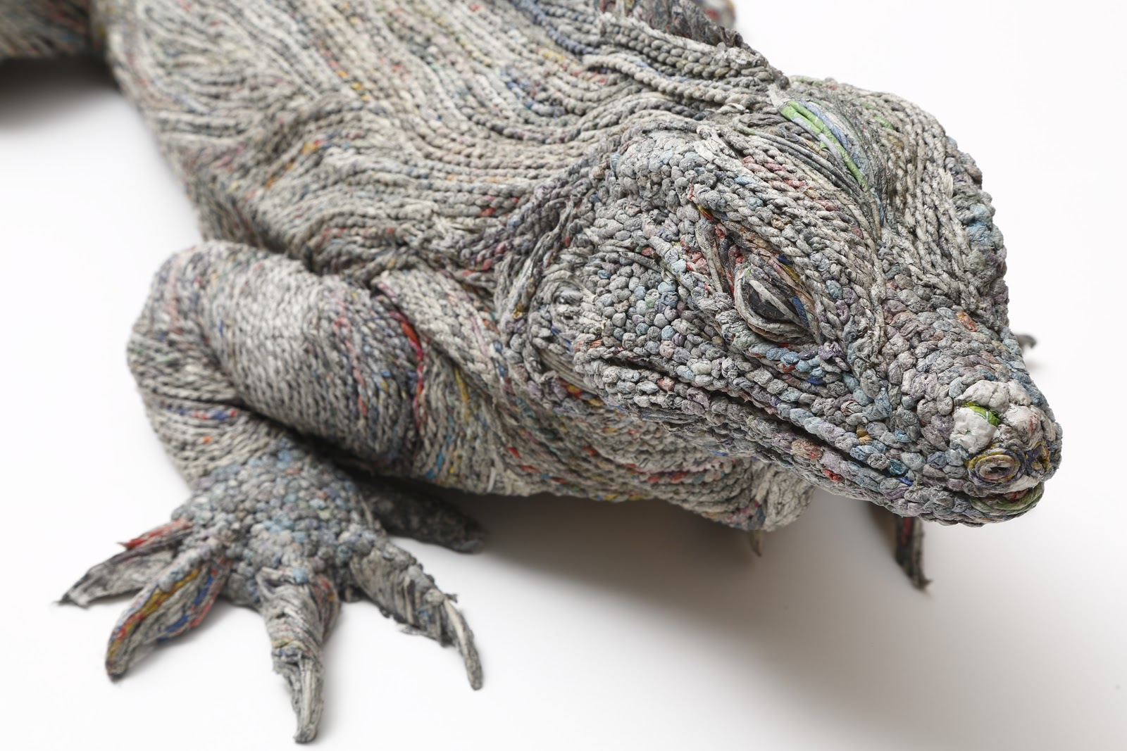 04-Comodo-Dragon-Detail-Hitotsuyama-Studio-Chie-Hitotsuyama-Upcycling-Paper-to-make-Animal-Sculptures-www-designstack-co