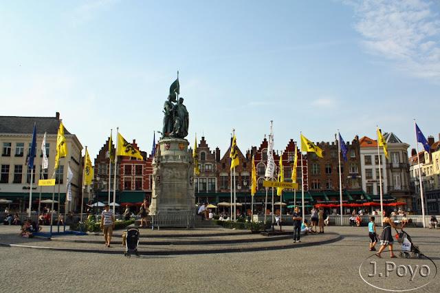 Estatua de Jan Breydel y Pieter De Koninck en la Grote Markt de Brujas