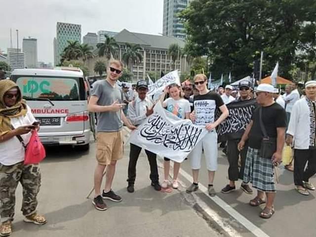 Turis Aja Nyaman Dengan Bendera Tauhid, Masa Ada Muslim Yang Kepanasan