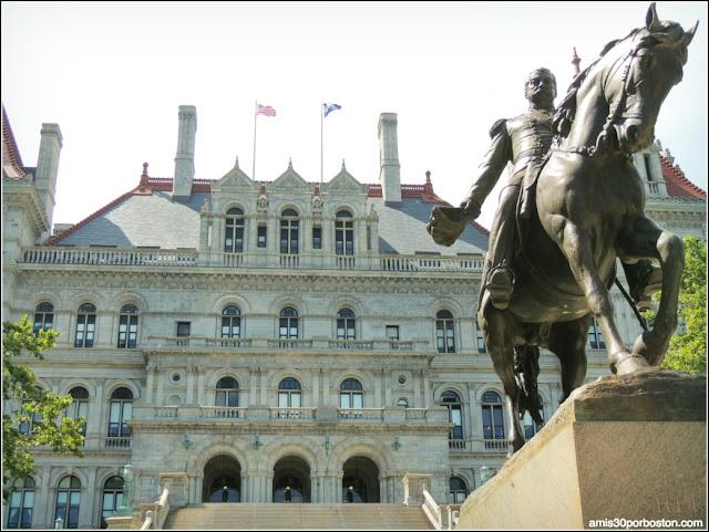 Escultura de Philip Sheridan frente al New York State Capitol, Albany