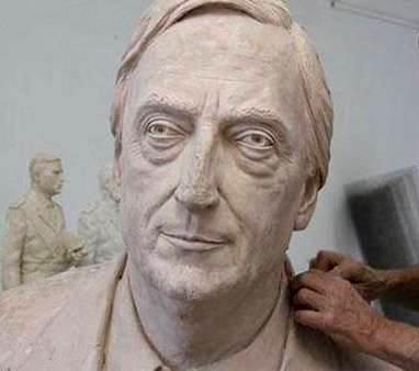Foto al busto de Nestor Kirchner