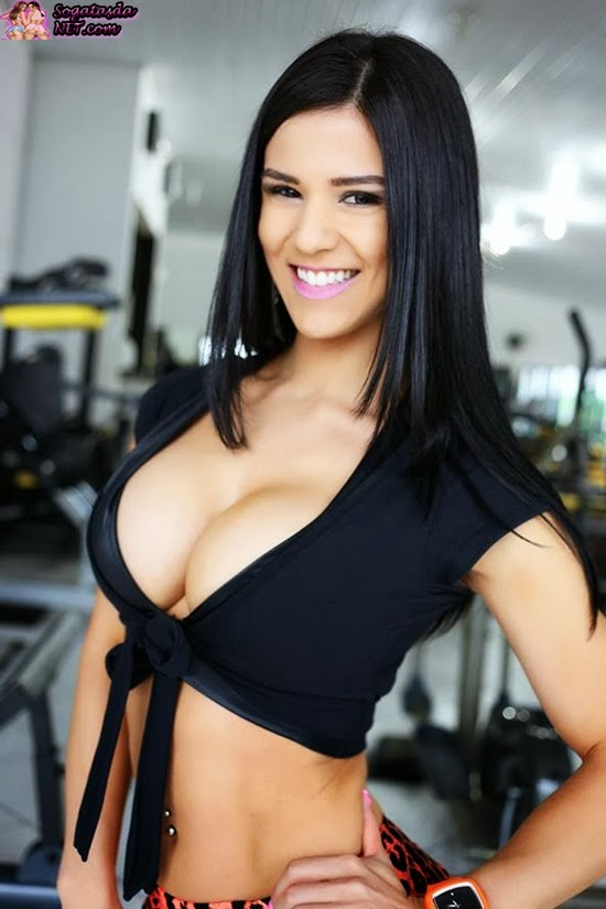 Eva Andressa na academia de body preto
