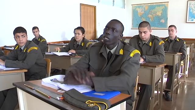 Αλλοδαποί μαθαίνουν Ελληνικά για να διοικούν Έλληνες στρατιώτες…