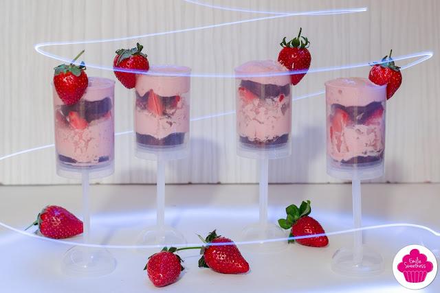 Pushcakes chocolat, chantilly à la fraise et fraises