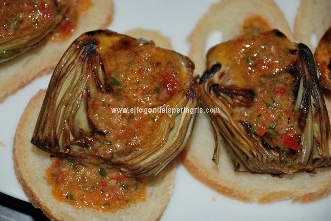 Alcachofas a la plancha con salsa de ajo y pimiento