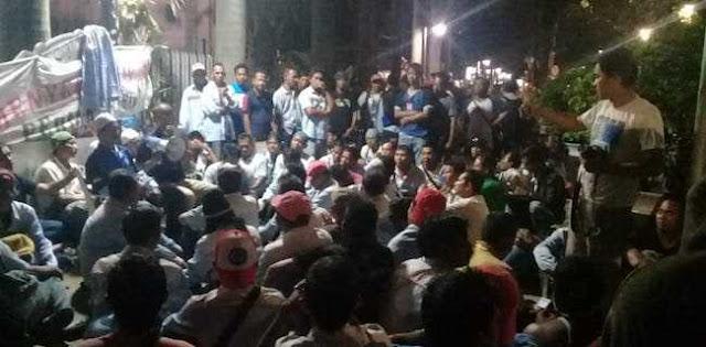 Tunggu Rini Soemarno, Demonstran Bermalam Di Depan Kantor BUMN