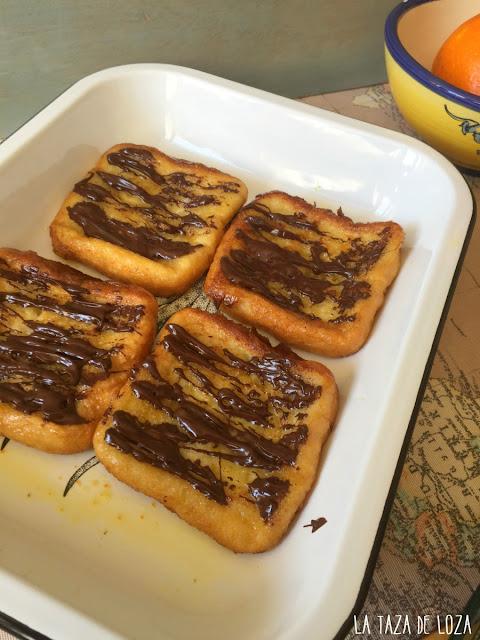torrijas-naranja-y-chocolate-en-fuente-con-almíbar-de-naranja
