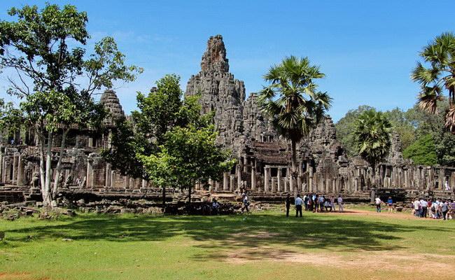 Xvlor.com Bayon is Buddhist and Hindu hybrid temple by King Jayavarman