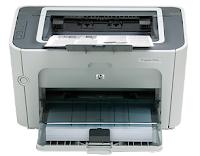 HP afirma que su LaserJet P1505n mide 243 mm de adelante hacia atrás, pero esta cifra ignora la bandeja de papel que se cae hacia el frente