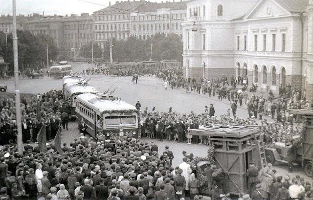 """20 июля 1949 года. Рига. Привокзальная площадь. Торжественное открытие троллейбусной линии № 3 """"Станция Рига (ныне: Центральный вокзал) - Улица Лаувас""""."""