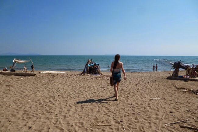Depois de tomar um drink no bar, voltando à praia no Pardo dell'Uccelllina, na Toscana