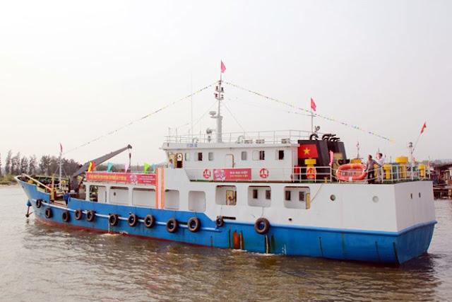 Tàu dịch vụ hậu cần nghề cá Lý Sơn 168 ra khơi.