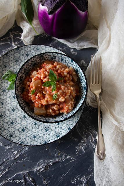 zuppa di sorgo fredda con melanzane e pomodoro