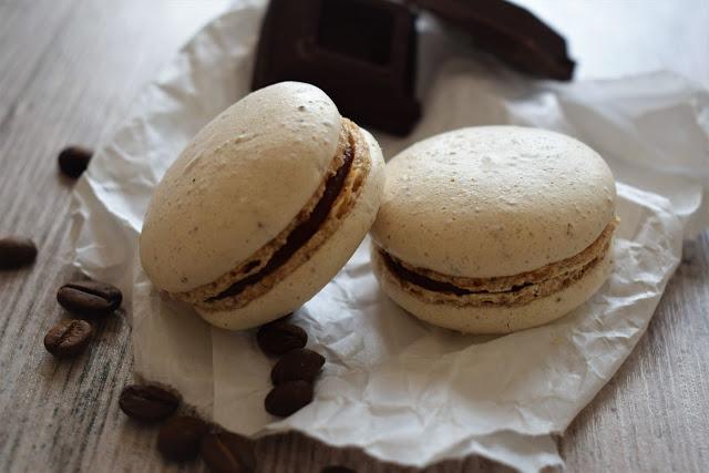Macarons al caffè latte con ganache di cioccolato e fragole