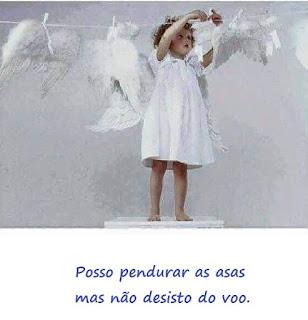 Uma garotinha de vestidinho branco em pé, sobre o assento de um banco, pendura no varal mais uma asa entre as outras já penduradas. Abaixo lê-se: Posso pendurar as asas mas não desisto do voo.