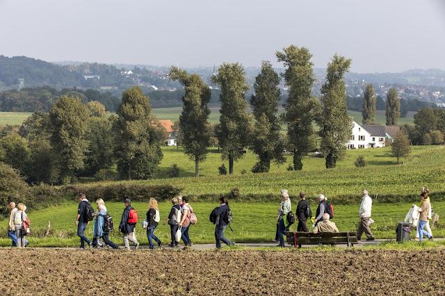 Viele Wanderer bei der Eröffnung auf dem neuen BaldeneySteig