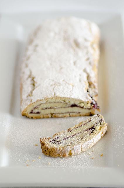 biscotti con marmellata di uva fragola