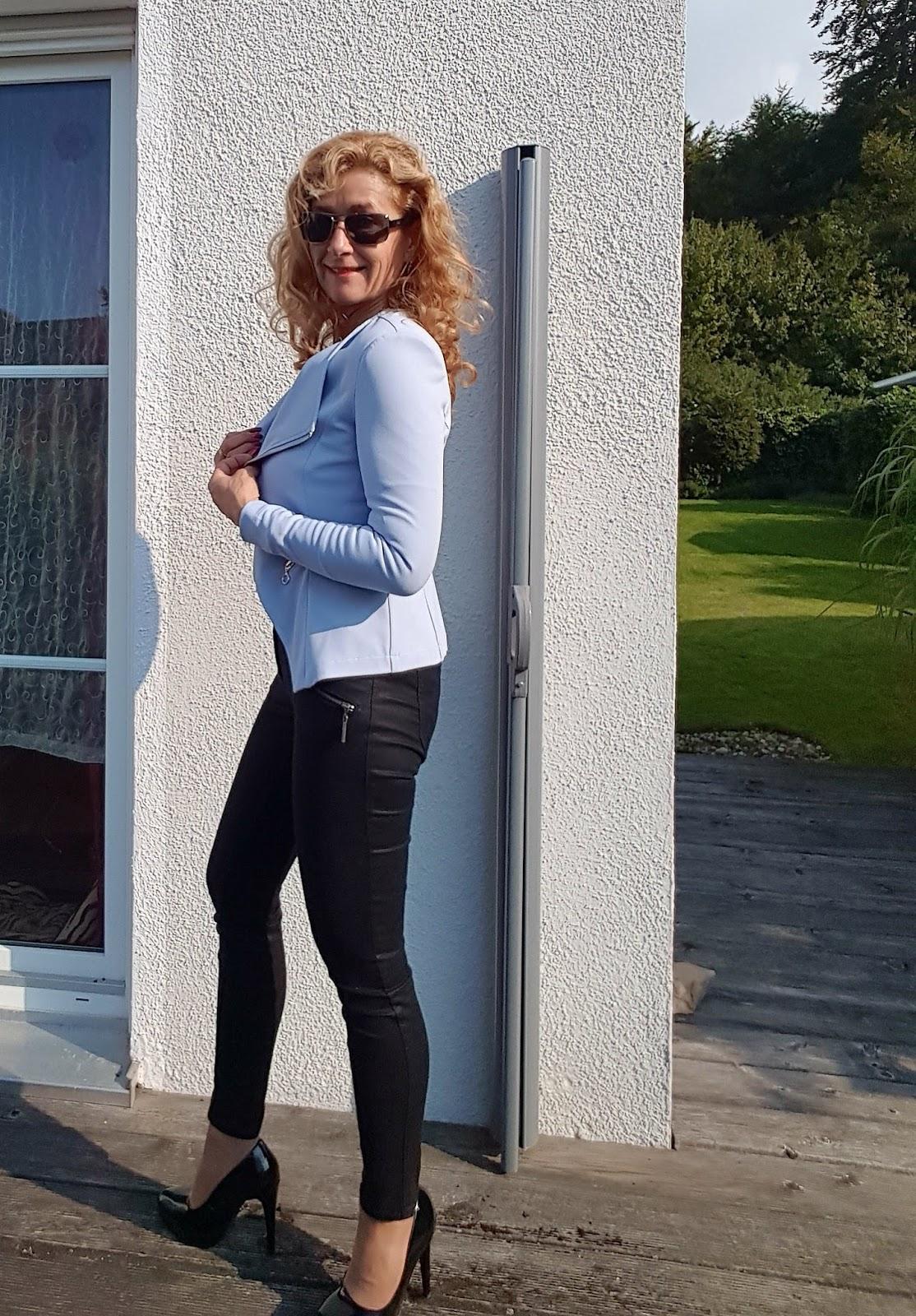 Hellblaue Jeans Schwarze Schuhe Womit kann man hellblauen