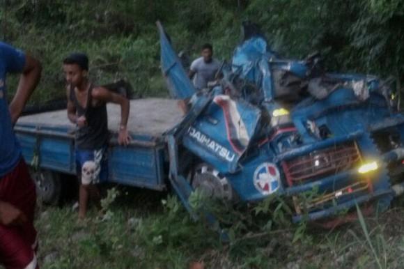 Saquean camión de pollos donde dos Azuanos murieron accidente tránsito