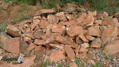 Pedra para calçada de pedra, tipo pedra moledo chapada, com espessura de 7 cm a 20 cm com essa cor de pedra avermelhada.